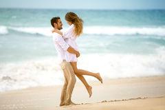 couple-love-beach-romantic-vacation-61276657